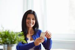 Portret uśmiechnięta kobieta z telefonem komórkowym obraz royalty free