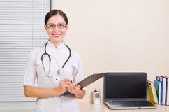 Portret uśmiechnięta lekarka zdjęcie stock