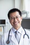 Portret uśmiechnięta lekarka patrzeje kamerę z stetoskopem zdjęcia stock