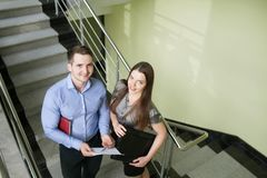 Portret uśmiechnięta młoda biznesowa pary pozycja z rękami c obraz stock