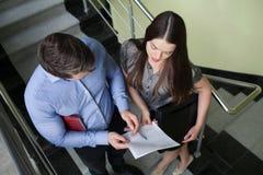 Portret uśmiechnięta młoda biznesowa pary pozycja z rękami c zdjęcia stock