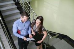 Portret uśmiechnięta młoda biznesowa pary pozycja z rękami c fotografia stock
