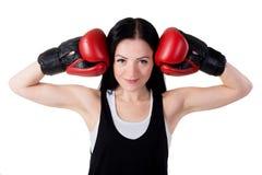 Portret uśmiechnięta młoda brunetki dziewczyna z czerwonymi bokserskimi rękawiczkami zdjęcia royalty free