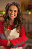 Portret uśmiechnięta młoda gospodyni domowa jest ubranym kuchenne rękawiczki Obrazy Royalty Free