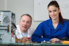 Portret uśmiechnięta młoda kobieta uczy się komputer osobisty załatwia komputer Zdjęcia Stock