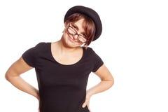 Portret uśmiechnięta młoda kobieta w czarnej koszulce i dęciaka kapeluszu Zdjęcia Stock