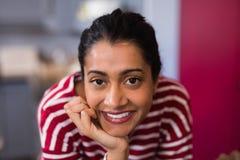 Portret uśmiechnięta młoda kobieta w domu Obraz Stock