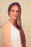 Portret uśmiechnięta młoda kobieta w mieście Zdjęcia Stock