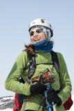 Portret uśmiechnięta młoda kobieta wyposażający narciarski alpinista Fotografia Royalty Free
