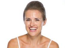 Portret uśmiechnięta młoda kobieta z mokrą twarzą Fotografia Stock