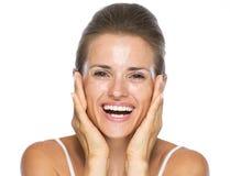 Portret uśmiechnięta młoda kobieta z mokrą twarzą po myć Zdjęcia Royalty Free