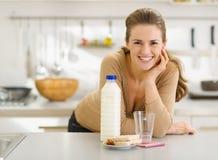 Portret uśmiechnięta młoda kobieta z przekąskami Obrazy Stock