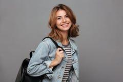 Portret uśmiechnięta młoda nastoletnia dziewczyna zdjęcie stock