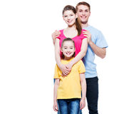 Portret uśmiechnięta młoda rodzina z dzieckiem zdjęcia stock