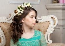Portret uśmiechnięta mała dziewczynka siedzi o w kwiatu wianku Obrazy Royalty Free