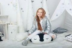 Portret uśmiechnięta mała dziewczynka w boże narodzenie dekoracjach zdjęcie stock