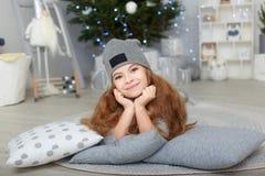Portret uśmiechnięta mała dziewczynka w boże narodzenie dekoracjach fotografia stock