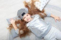 Portret uśmiechnięta mała dziewczynka w boże narodzenie dekoracjach obraz stock