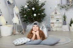 Portret uśmiechnięta mała dziewczynka w boże narodzenie dekoracjach zdjęcie royalty free