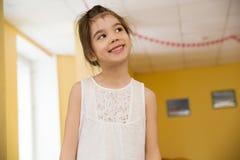 Portret uśmiechnięta mała dziewczynka w gym Fotografia Royalty Free