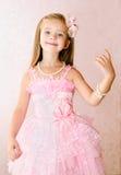 Portret uśmiechnięta mała dziewczynka w princess sukni z bracele fotografia stock