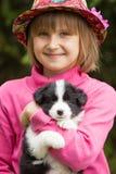 Portret uśmiechnięta mała dziewczynka z szczeniakiem Border Collie Outdoors obraz stock