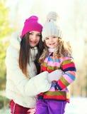 Portret uśmiechnięta matka i dziecko córka w zimie Obrazy Royalty Free