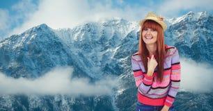 Portret uśmiechnięta modniś pozycja przeciw snowcapped górom fotografia royalty free