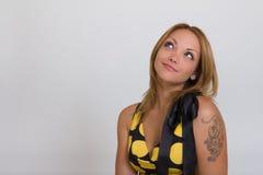 Portret uśmiechnięta myśląca kobieta target613_0_ myślący zdjęcie stock