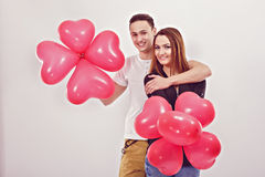 Portret uśmiechnięta para z balonami obraz stock