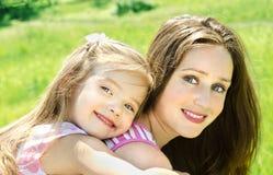 Portret uśmiechnięta piękna młoda kobieta i jej mały daughte fotografia royalty free