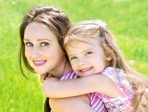 Portret uśmiechnięta piękna młoda kobieta i jej mały daughte obrazy royalty free