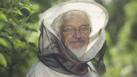 Portret uśmiechnięta pszczelarka w ogródzie zbiory wideo