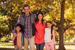 Portret uśmiechnięta rodzinna pozycja przy parkiem Zdjęcie Royalty Free
