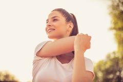 Portret uśmiechnięta sport kobieta hełmofonu czarny zamknięty wizerunek odizolowywał mikrofonu ochraniacza miękką część w górę bi Obrazy Stock