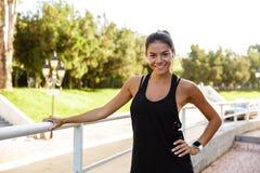 Portret uśmiechnięta sprawności fizycznej kobieta w słuchawkach Zdjęcia Stock
