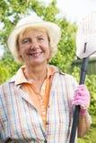 Portret uśmiechnięta starsza kobieta w ogródzie fotografia royalty free