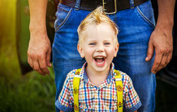Portret uśmiechnięta szczęśliwa chłopiec z mohawk obraz stock