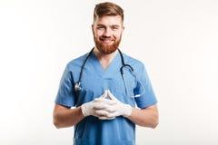 Portret uśmiechnięta szczęśliwa męska pielęgniarka lub lekarz medycyny fotografia royalty free