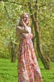 Portret Uśmiechnięta Zmysłowa Blond kobieta w wiosna lesie Obraz Stock