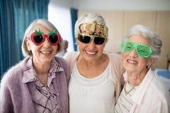 Portret uśmiechnięte starsze kobiety jest ubranym odkrywczość szkła obrazy royalty free