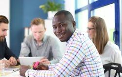 Portret uśmiechniętego amerykanina afrykańskiego pochodzenia biznesowy mężczyzna obrazy stock