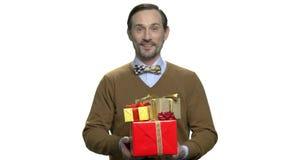 Portret uśmiechniętego mężczyzny prezenta hoding pudełka zbiory