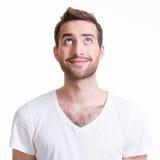 Portret uśmiechniętego szczęśliwego młodego człowieka przyglądający up. Zdjęcie Stock