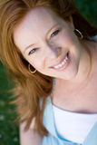 Portret uśmiechniętej czerwieni głowy pregant kobiety obrazy stock