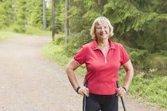 Portret uśmiechniętej starszej kobiety północny odprowadzenie zdjęcia stock