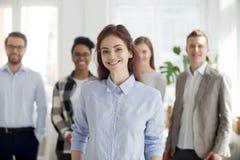 Portret uśmiechnięty żeński pracownika przedpole pozuje dla pictur obrazy stock