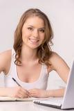 Portret uśmiechnięty żeński uczeń używa laptop Fotografia Royalty Free
