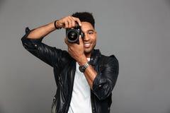 Portret uśmiechnięty afro amerykański facet w skórzanej kurtce Obrazy Stock
