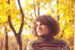 Portret uśmiechnięty atrakcyjny mężczyzna ubierał w pasiastym pulowerze, oudoor w jesień parku zdjęcia stock